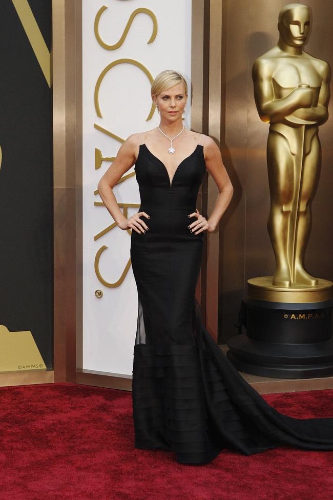 Charlize Theron robe noire longe traine Oscar 2014