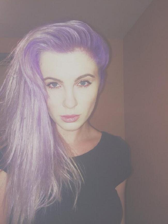 Ireland Baldwin violet cheveux