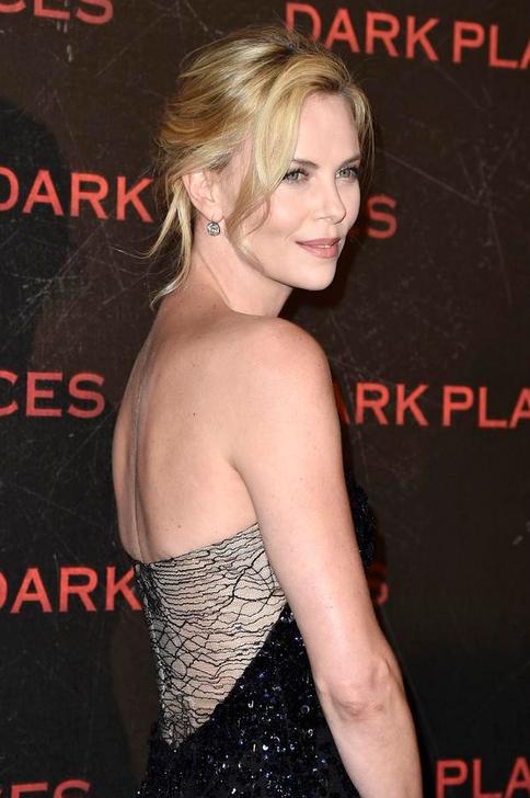 Charlize Theron robe noir dos nu Dior