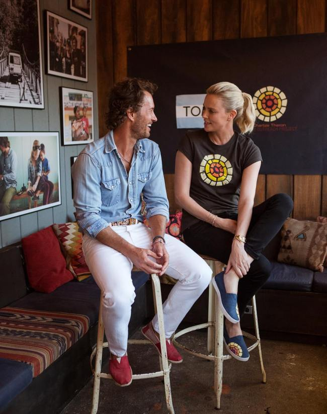 Blake Mycoskie et Charlize Theron pour Toms © Charlize Theron Instagram officiel
