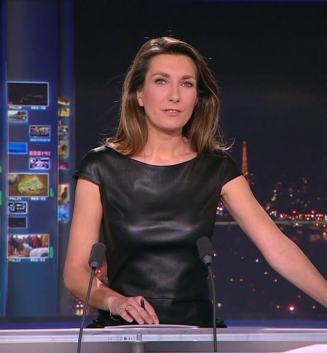 Anne-Claire Coudray en robe cuir sexy
